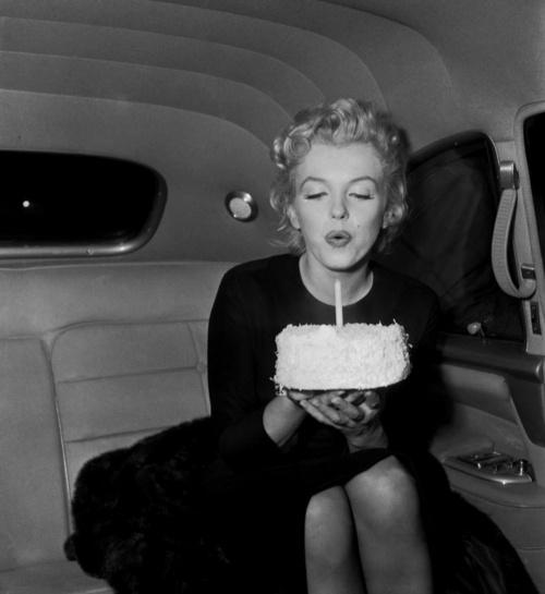 marilyn-monroe-birthday-black-and-white-cake-Favim_com-670370