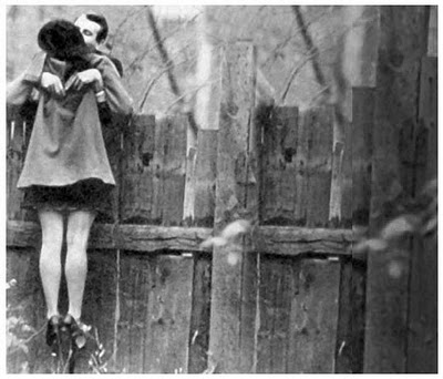kiss,bw,love,nostalgic,romantic,vintage-b723adc9ade569446ea8d00c985146d2_h