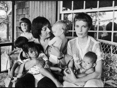 alfred-eisenstaedt-composer-andre-previn-and-wife-actress-mia-farrow-with-children-at-home-on-marthas-vineyard