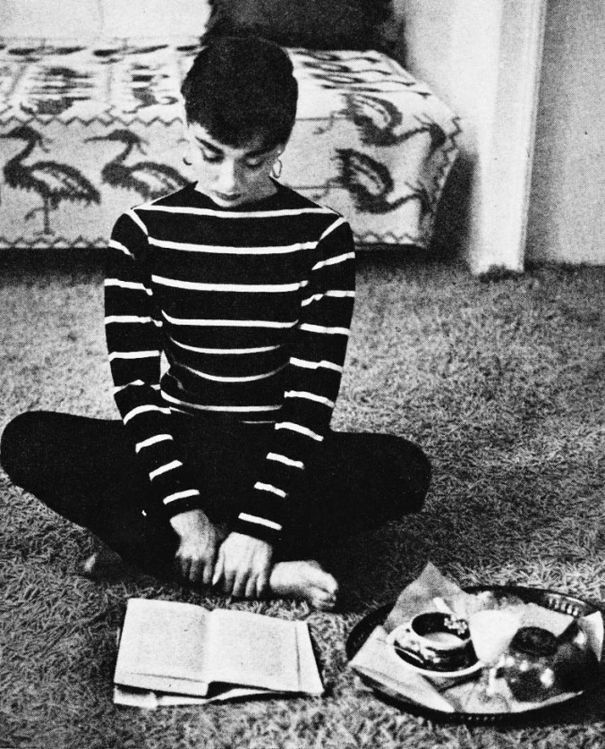 audrey-hepburn-reading-by-mark-shaw